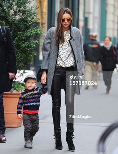 ニュース写真: Miranda Kerr and Flynn Christopher Bloom are seen in…