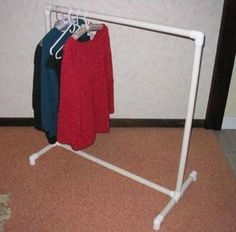 Build this pvc pipe clothes rack for dress up clothes, spray paint gold for a fancier look Pvc Pipe Crafts, Pvc Pipe Projects, Easy Projects, Diy Clothes Projects, Do It Yourself Furniture, Diy Furniture, Pvc Pipe Furniture, Top Fotografie, Yard Sale Organization
