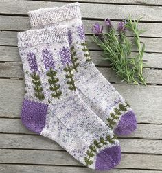 Blooming Lavender Sockenmuster von Stone Knits - - Knitting For BeginnersKnitting FashionCrochet PaYou can find Lavender and more on our website.Blooming Lavender Sockenmuster von Stone Knits - - Knitting For BeginnersKnitting Fas. Knitting Socks, Hand Knitting, Knitting Projects, Crochet Projects, Ravelry, Knitting Patterns, Crochet Patterns, Debbie Macomber, Patterned Socks