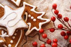 Самое вкусное в мире печенье рецепт очень простой: Мука — 175 гр. Сода — 1/4 ч.л. Соль — щепотка Корица — 1 ч.л. Имбирь — 1 ч.л. Масло сливочное — 65 гр. Сахарная пудра — 75 гр. Мёд — 2 ст.л. Желток — 1 шт.  Смешать сухие ингредиенты, мелко порубить масло и смещать с маслом. Потом добавить яйцо, мед и пудру. Все смешать. Тесто охладить и раскатать. Вырезать формочками и выпекать в духовке 8-10 мин при 180град. #kosovtsova #печенье #зима  #рецепт #имбирноепеченье