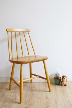 Toffe vintage spijlenstoel van Nesto. Houten retro stoel met Scandinavisch design