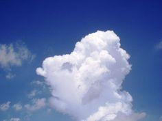 Nube en un cielo azul Cloud in a blue sky