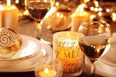 Accessoires, die sonst an anderer Stelle die Wohnung schmücken, kommen am Weihnachtsabend auf den Tisch.