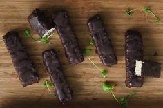 Raw coconut chocolate bars / Karita Tykän kookos-suklaapatukat Raw Coconut, Coconut Chocolate, Chocolate Bars, Raw Food Recipes, Sweets, Ethnic Recipes, Finnish Language, Desserts, Chocolate Chip Bars