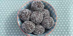 Super lækre og sunde dadelkugler med kokosolie, kakao og mandler, der tilsammen skaber en herlig smag.