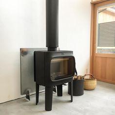 我が家の玄関でもあり 第2のリビングでもある土間に 薪ストーブがつきました。 この子に冬中温めてもらいます。 手間はかかるけど 機械には得難いぬくもりがある事を願って。 #薪ストーブ #ヨツール #ヨツールf305 #jotul #玄関 #土間 #リビング #高畑の家 #住宅 #マイホーム #新