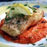Preparando el filete de pescado en salsa de pimientos