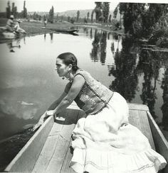"""superbestiario: """" Frida Kahlo on a boat in Xochimilco, one of The Coolest Places in Mexico City, photo by Fritz Henle """" Diego Rivera, Frida E Diego, Frida Art, Natalie Clifford Barney, Frida Salma, Fridah Kahlo, Black White Photos, Black And White, Famous Mexican"""