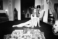 Dalida dans sa maison avec les albums - en 1967 (Rue d'Orchamt)