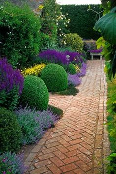 Front Yard Garden Design Front Yard Landscaping Ideas - Check Out these Perry Residence Style photos of front backyard landscape design designs as well as get ideas for your personal yard. Amazing Gardens, Beautiful Gardens, Front Yard Landscaping, Landscaping Ideas, Landscaping Software, Backyard Ideas, Patio Ideas, Hillside Landscaping, Boxwood Landscaping