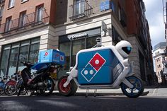 UK pizza chain Domino has launched the world's first fleet of driverless delivery vehicles. Pizza Hut, Ann Arbor, Scooter Drawing, Pizza Chains, Scooter Storage, First Fleet, Pizza Delivery, Delivery Robot, Coffee Carts