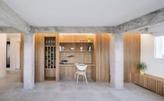Un interior en madera y hormigón - Singulares Magazine Concrete Wood, Wood Slab, Partition Screen, Wood Rack, Concrete Structure, Small Corner, Workspace Design, Punk, Big Windows