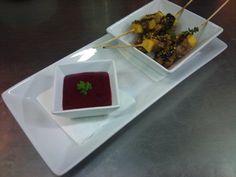 Brochetas de pollo y piña marinadas en soja con salsa de frutas del bosque