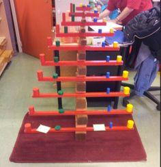 Rozā tornis. Brūnās trepes. Sarkanie stieņi. Krāsainie cilindri.