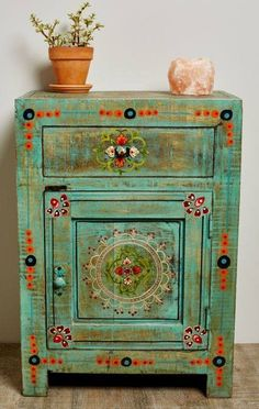 Eclectic Decor: Repurposed Old Furniture Thanks To Diy Painting Projects Hand Painted Furniture, Funky Furniture, Paint Furniture, Furniture Projects, Furniture Makeover, Wooden Furniture, Repurposed Furniture, Mexican Furniture, Antique Furniture