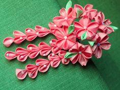 Rosa fiori di sakura per la primavera.    Sette fiori con petali a forma di cuore con attenzione ornate con foglie verdi a contrasto. Ornata con tre