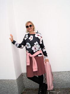 Blüten über Blüten, kennt man ja eigentlich eher von Sommerkleidern oder Blusen, aber dieses mal nicht, auch der Herbst darf erblühen. Und zwar in Form einer wunderschönen dunkelgrauen Bluse mit gr… Bell Sleeves, Bell Sleeve Top, Form, Fashion 2017, Women, Pink Blossom, Fall, Nice Asses, Women's