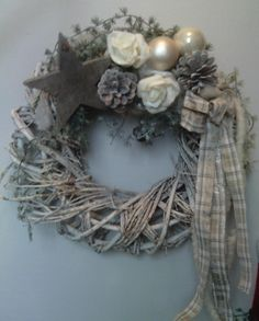 Adventný veniec Christmas Advent Wreath, Primitive Christmas, Holiday Wreaths, Rustic Christmas, Christmas Time, Diy Xmas Gifts, Diy And Crafts, Christmas Crafts, Christmas Decorations