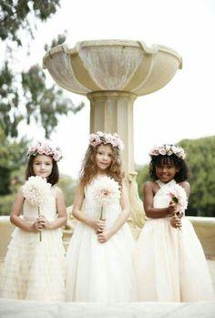Inspiração para daminhas que ficam lindas com arranjo de flores na cabeça.