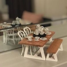 Image may contain: people sitting, table and indoor Vitrine Miniature, Miniature Dollhouse Furniture, Miniature Kitchen, Miniature Crafts, Miniature Houses, Diy Dollhouse, Miniature Dolls, Dollhouse Miniatures, Popsicle Stick Houses