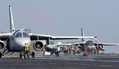 """Golfo Pérsico (6 de octubre de 2005) - Dos S-3B Vikings, asignados a la """"Scouts"""" de Mar del Escuadrón de Control de dos por cuatro (VS-24), a través del lanzamiento de la cubierta de vuelo del portaaviones de la clase Nimitz USS Theodore Roosevelt (CVN 71). Roosevelt y se embarcó del molinete Ocho (CVW-8) están actualmente en marcha en un despliegue"""