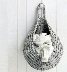 Hæklet kurv, som er god i køkkenet og på badeværelset. Produce Bags, Market Bag, Diy Crochet, Crochet Ideas, Hanging Baskets, Straw Bag, Diy And Crafts, Knitting, Crochet Baskets