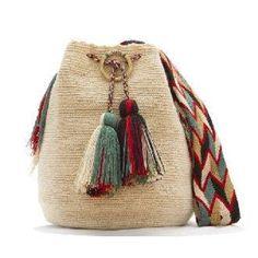Este bolso es de origen Wayúu, indígenas de la península guajira, hoy...otras latitudes absorben nuestro arte originario, que es venezolano. Crochet Slipper Boots, Crochet Slippers, Crochet Handbags, Crochet Purses, Crochet Beanie, Knit Crochet, Crochet Wallet, My Style Bags, Net Bag