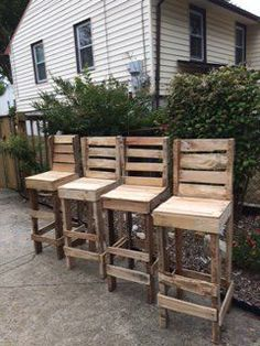 Diy Pallet High Bar Stools: I made these stools for an outdoor patio at a local garden nursery. I wanted a rustic look, so pallet Wooden Pallet Projects, Pallet Crafts, Pallet Ideas, Diy Pallet Bar, Rustic Crafts, Wooden Crafts, Pallet Bar Stools, Pallet Stool, Table Stools