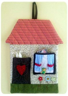 Kit apagão Crafts To Do, Felt Crafts, Arts And Crafts, Diy Crafts, House Quilts, Fabric Houses, Bed Organiser, Quilted Gifts, Crochet Leaves