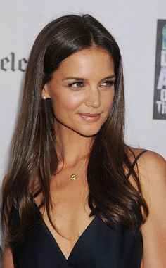 Katie Holmes does look lovely here. Make up is so fresh and simple, hair is playful. Very nice :)