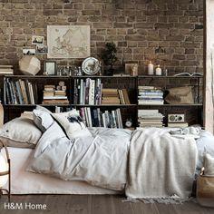 Hier verbindet sich das Rustikale mit dem Gemütlichen: Die natürlichen Elemente des Schlafzimmers in warmen Farbtönene laden dazu ein, mehr als nur die…