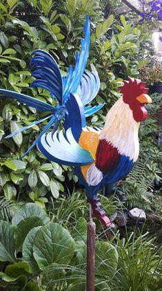 DE MALLE MOLEN www.windmolentjes.blogspot.com Windmolentjes met een bewegend figuur Garden Wind Spinners, Weather Vanes, Automata, Fun Projects, Wind Chimes, Rooster, Birds, Pop, Crafts