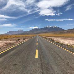 Estrada deserta no Atacama durante o Tour das Lagunas Altiplanicas passeio que eu considero imperdível numa visita à região.  Veja todos os detalhes deste tour e um roteiro completo para visitar o Atacama no blog: meusroteirosdeviagem.com/categoria/atacama  #meusroteirosdeviagem Country Roads, Ouat, Instagram, Link, Blog, Mountain Range, Sidewalk, Roads, Profile