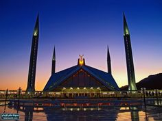 مسجد فيصل في إسلام أباد هو أحد العلامات المميزة لإسلام أباد، وأحد أكبر المساجد في العالم، حيث تبلغ مساحته 5000 متر مربع ويمكنه استيعاب 80 ألف مصلي، وتم بناؤه بهذا الشكل الفريد على شكل الخيمة العربية، ولذا ليس له قبة
