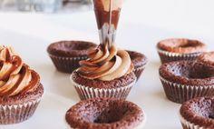 """Dessa chokladmuffins """"are to die for""""! De är klibbiga i mitten och frostingen är smaksatt med chocklad och kaffe, den perfekta kombinationen."""