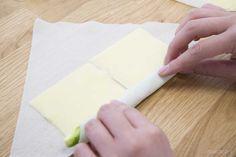 チーズをアスパラを巻く写真