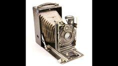 Fotografie-Die Geschichte der Fotografie – von der ersten Camera Obscura bis zur modernen Digitalfotografie – erstreckt sich über mehr als tausend Jahre. Zahlreiche Forscher liefern ihren Beitrag dazu, selbst Leonardo da Vinci tüftelt an einer Lochkamera herum. Ein Thema jedoch beschäftigt die Erfinder im 19. Jahrhundert besonders: Gibt es eine Möglichkeit, die erzeugten Bilder haltbar zu machen? Alles, was sie bislang auf Papier bannen, verblasst nach kurzer Zeit wieder. Dem Franzosen…