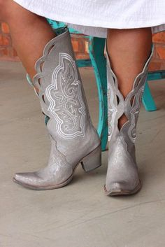 Corral Silver Embroidery and Swarovsky – Wedding Shoes Cowgirl Wedding, Wedding Boots, Valentino Wedding Shoes, Colored Wedding Dress, Country Fashion, Bride Shoes, Cowgirl Boots, Wedding Styles, Shoe Boots