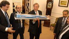 2006. Kirchner y Jaime durante el llamado a licitación por el tren de alta velocidad. (Archivo).