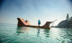 Skatista mostra suas manobras numa incrível rampa flutuante no meio de um lago