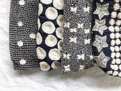 SASHIKO bags. ここ数年でものすごい人気になった刺し子。 バンコクでも売られるようになって縫い子さんが足りないのか、雑な仕上がりのものが増えて残念。 定番の柄はきれいなものがなかったので、個性的な柄を選ぶ。 大きな水玉やちょうちょ、星柄。 本当に少ししかなくて悲しい。 #sashiko #embroidery #indigo #chiangmai #刺し子 #刺繍 #手刺繍 #チェンマイ