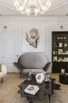 Apartmento em Paris by Gérard Faivre - LOVE the curves from the ceiling to the furniture.. ❤