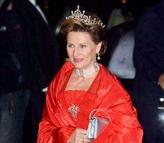 Blant annet disponerer Sonja flere såkalte «hundehalsbånd» i ørsmå perler med «staver» av gnistrende diamanter. Fra dronning Maud og hennes mor dronning Alexandra av Storbrittania