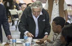 José Mujica, expresidente de Uruguay, visitó el desayunador del Padre Chava,en Tijuana, México, como parte de su gira por la ciudad, donde se ofreció como voluntario para servir alimento algunos migrantes, los cuales han arribado a esta ciudad fronteriza con EEUU desde hace meses.