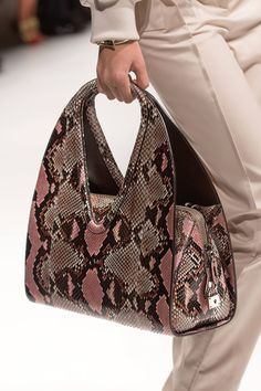 Milan fashion weeks 670473463255879471 - Salvatore Ferragamo spring/summer 2014 – Milan fashion week Source by Only Fashion, Look Fashion, Fashion Bags, Tote Handbags, Purses And Handbags, Animal Print Fashion, Milan Fashion Weeks, Luxury Bags, Crocodile
