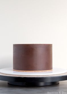 Ganache of dark chocolate, milk chocolate and white chocolate - Cake Decorating Simple Ideen Cake Decorating Frosting, Easy Cake Decorating, Cake Decorating Techniques, Cake Decorating Tutorials, Decorating Ideas, Ganache Cake, Chocolate Ganache, White Chocolate, Fondant Cakes