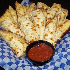 """Pizza Hut"" Cheese Bread Made this tonight-make sure you use a large pan-at least a We used an and it was really thick-but AWESOME. And really close to Pizza Hut. Pizza Hut Cheese Bread Recipe, Breadstick Recipe, Bread Food, Cheese Food, Mac N Cheese Pizza, Biscuit Pizza, Cheese Snacks, Think Food, I Love Food"