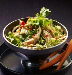 VIETNAMESISK SALAT MED KYLLING OG KÅL Thai Salat, Frisk, Japchae, Cabbage, Healthy Recipes, Healthy Food, Chili, Vegetables, Ethnic Recipes