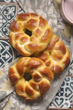 Hoy nos vamos al sur de Italia para preparar este pan dulce típico de Semana Santa, conocido como Cuddura. Un pan muy suave y delicioso.