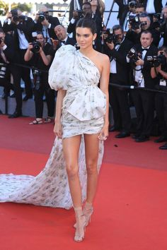 Kendall Jenner in a Giambattista Valli floral dress (gown), and sandals with nude socks on the red carpet Kendall Jenner 2017, Cannes, Kardashian, Black Dress Outfits, Cocktail Outfit, Red Carpet Looks, Red Carpet Dresses, Ideias Fashion, Cool Style